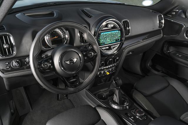 """画像: MINIシリーズ特有の """"トグルスイッチ""""に配置されるスタータースイッチは、通常モデルの赤色からPHEV専用の黄色に変更。"""
