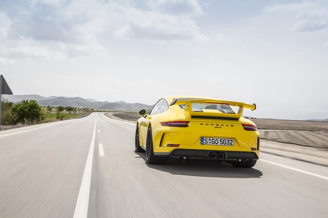 画像: ポルシェ911 GT3のフラット6の吹け上がりと秀逸な快適性に感服する
