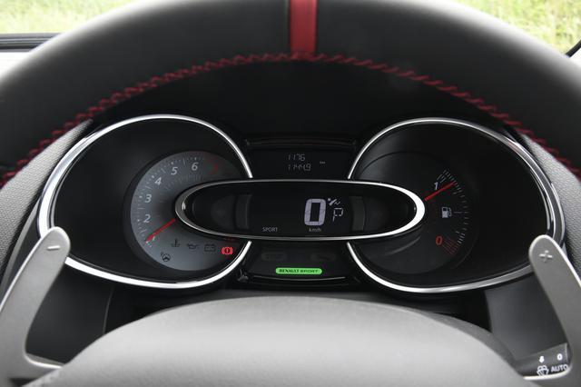画像: メーターデザインは従来と変わらない。ハンドルの赤いセンターマークがスポーティ。