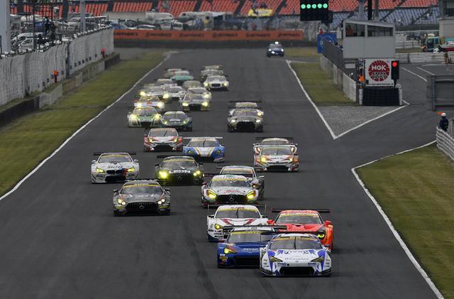 画像: GT300クラスのスタートシーン、合計30台!こっちの方が迫力あります