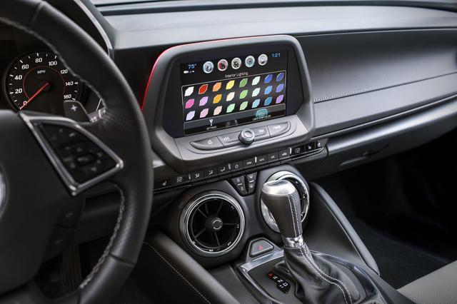 画像: エアコンルーバーはジェットエンジンを彷彿とさせるデザインとなった。タッチスクリーンは8インチとなり、インフォテインメント関連の機能が表示される。またApple CarPlayやAndroid Autoにも対応している。