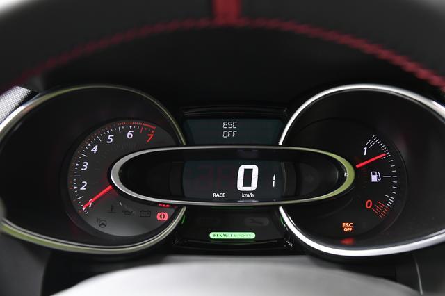 画像: R.S.ドライブを「スポーツ」「レース」にするとメーター内の「RENAULT SPORT」が点灯。