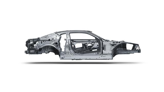 画像: アルミ&コンポジット素材の採用により、ホワイトボディで60.5kg、車両重量で90.7kg以上の軽量化を達成している。またフレーム剛性は28%強化された。
