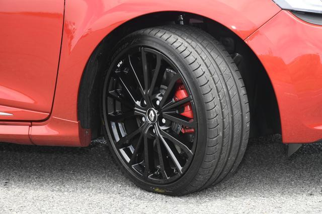 画像: ルーテシアR.S.シャシーカップのタイヤサイズは、205/40R18。試乗車はダンロップのスポーツMAXX RT2を装着。レッドブレーキキャリパーはシャシーカップとトロフィーに標準装備。