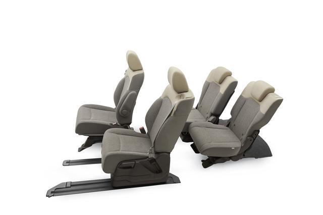 画像: 助手席をいちばん後ろに下げて後部座席もスライドさせると、前後座席間でのコミュニケーションも楽しめる。