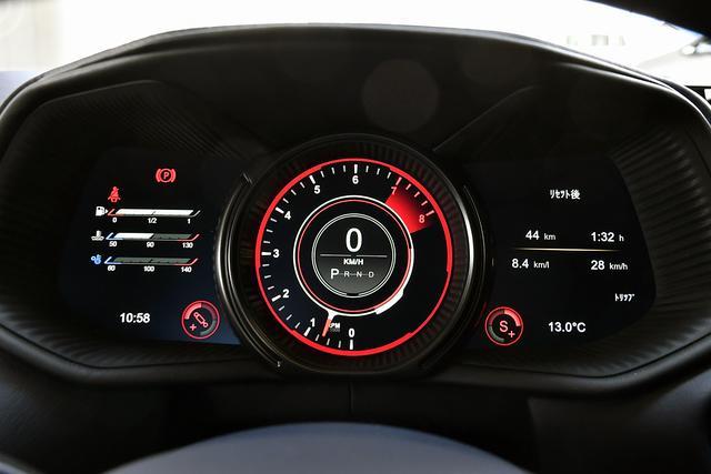 画像: メーターは12インチのディスプレイ。ドライビングモードによって表示が変わる。写真はスポーツ+モード。