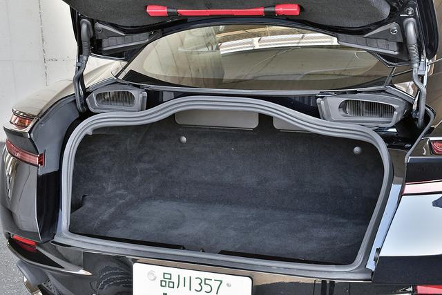 画像: トランク容量は270L。2個の大型ボストンバッグ+αくらいなら入る。奥上側にフタ付きの小物入れが2つある。
