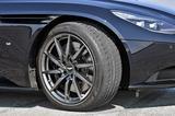 """画像: タイヤは前後異サイズのBSポテンザS""""007""""。もちろんDB11専用。ブレーキローターはスリット入り。"""