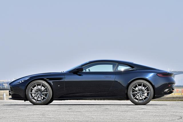 画像: 2+2クーペなので、全長は4739mmとスポーツカーとしてはけっこう大柄。ホイールベースは2805mm。