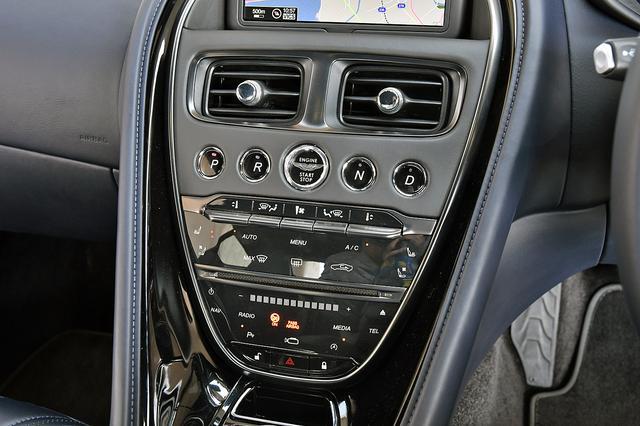 画像: センターダッシュにはエンジンON/OFF、ATのセレクター、エアコン、オーディオなどのスイッチ類が並ぶ。