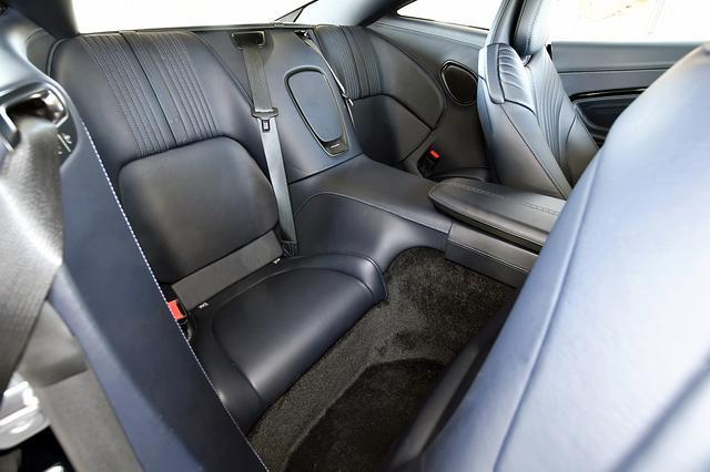 画像: リアシートの広さはプラス2といったところ。大人には狭い。シートベルトは内側から外側にかけるタイプ。