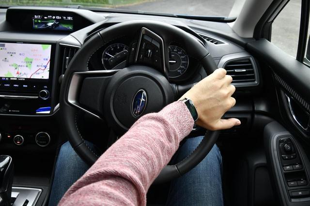 画像: ハンドルを切る場合も、このように片手で操作せずにしっかりと両手で行いたい。