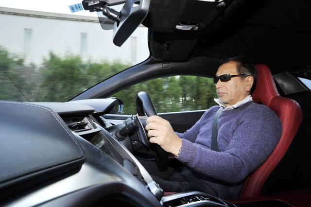 画像: 筆者のこもだきよし氏。見てわかるように、正しいドライビングポジションは意外に近い。