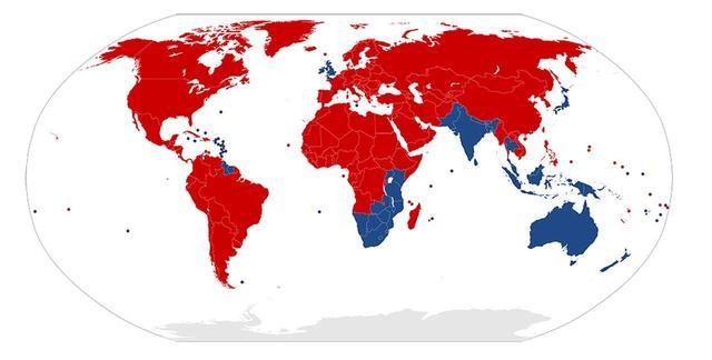 画像: 青色が自動車が「左側通行」、赤色が自動車が「右側通行」の国。台湾や韓国など、戦前は日本の統治下にあった国々も、戦後に右側通行になっている。