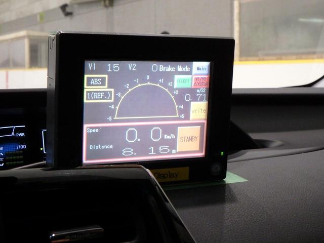 画像: GPS信号が届かない屋内なので、5輪と呼ばれる計測器を装着。正確な制動距離は車内に取り付けたモニターでわかる。