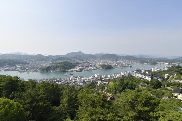 画像: 標高144.2mの千光寺山の展望台から尾道市内やしまなみ海道を望む。