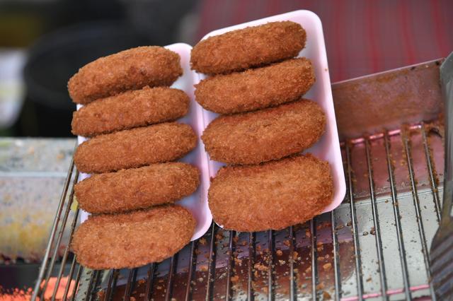 画像: 玉木商店の筋向かいにある岡哲商店のコロッケ。揚げたてが美味しかった!