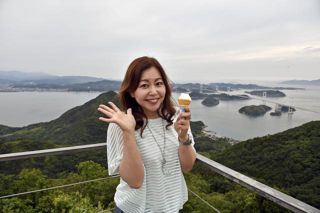 画像: 亀老山展望台で「藻塩のソフトクリーム」を食べる。バックに見えるのは四国。目的地は、もうすぐ!