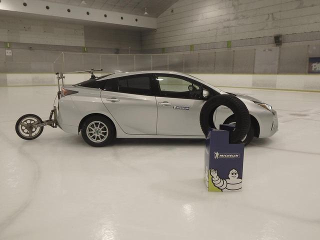 画像: 正確なアイス制動距離を測るため、リアに5輪と呼ばれる計測器を付けて試走した。