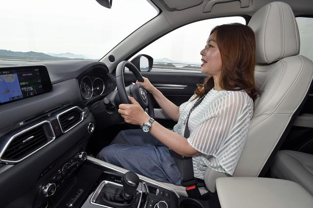 画像: マツダの制御技術「G-ベクタリング コントロール」はハンドルの修正操作を低減し、長距離運転での疲労の蓄積を抑制する。