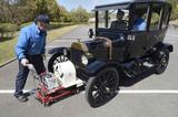 画像: ▲クランクハンドルでエンジンを始動する。講習時は手回しではなく専用の機械で始動。