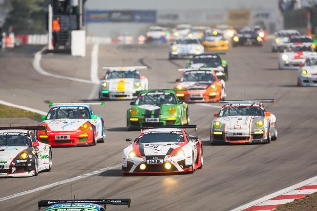 画像: ▲毎年5月末に開催されるニュルブルクリンク24時間耐久レース。自動車メーカーもこぞって参戦する。