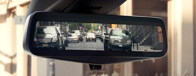 画像: 車内後部に搭載されたリアカメラの映像を映しだすルームミラー。