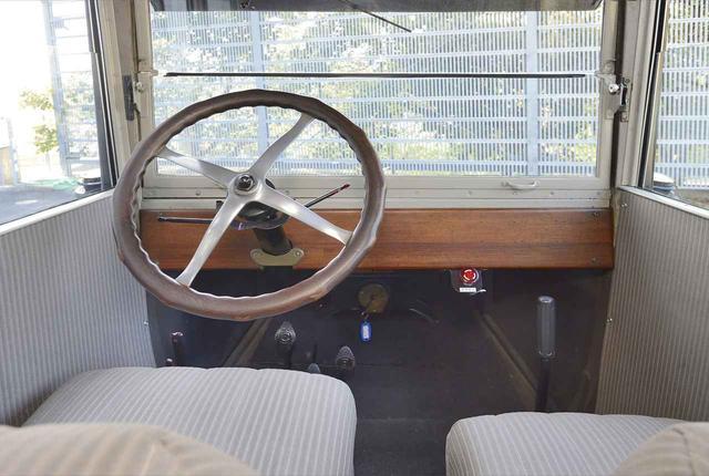 画像: ▲フォードモデルT センタードアセダン(1915)のインパネはこんな感じでシンプル。余計なものがなく、目の前に箱ガラスがあるので、クルマの運転席という印象はない。ハンドルは大径で、もちろんノンパワステだ。