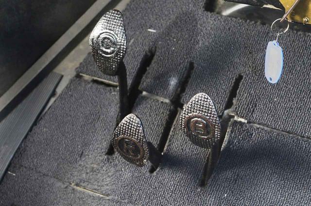 画像: ▲ペダルは3ペダル操作。右がブレーキ、中央はバックギア、左はクラッチで、真ん中あたりがニュートラル、奥まで踏むとローギア、足を離すとハイギアになる。