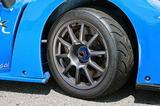 画像: 前後異サイズのDLディレッツァ03Gをセンターロックのアロイホイールに履く。ブレーキは前後とも6ポッド。
