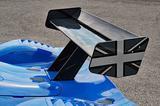 画像: リアエンドにそびえ立つ、カーボン製の大型リアウイングは角度調整可能な2枚式。これだけでも市販車とは思えない!?