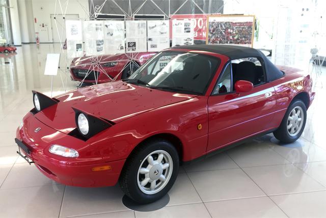 画像: とても28年前の車とは思えないほどキレイにレストアされたNAロードスター。