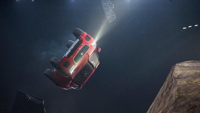 画像: ワールドプレミアを祝って「barrel roll(バレルロール)」に挑戦。ダイナミックに回転しながら15.3mものロングジャンプに成功した。プロダクションカーとしては最長の「barrel roll」を成功させたとして、ギネス世界記録に認定されている。映画のカースタントからインスピレーションを得たパフォーマンスということだが「敏捷でレスポンスに優れたシャシーとスポーツカーのドライブライン・テクノロジー」のアピールには最適と言えるかもしれない。いわく「同セグメントのホットハッチ的存在」と、謳われている。 www.youtube.com