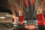 画像: 赤い屋根の下にも様々なアトラクションとレストランなどがある。