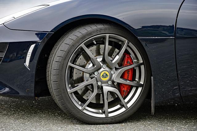 画像: タイヤは前後異径異サイズのミシュラン パイロット スーパースポーツ。4ポッドのアルミキャリパーはAPレーシング製。