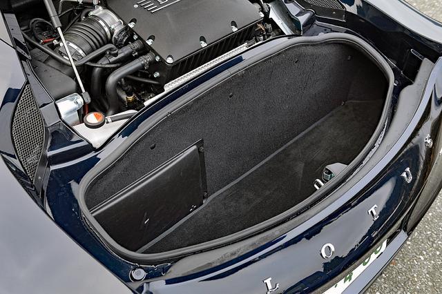 画像: エンジン後ろに容量160Lのラゲッジスペースが備わる。二人分の上着とカバンくらいなら収納可能だ。