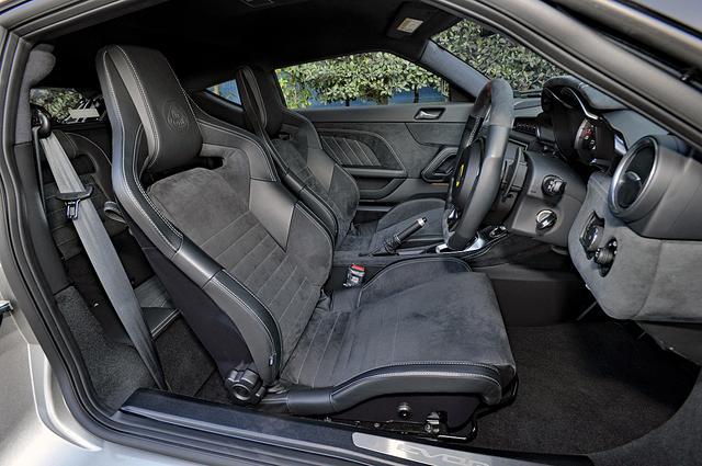 画像: ヘッドレスト一体型でサイドサポートを強めたフロントシート。レザー/アルカンタラのシート地はオプション。