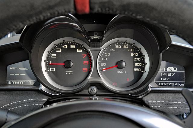 画像: シンプルな大径2眼メーターの間に速度をデジタル表示する。両側にインフォメーションディスプレイも備わる。