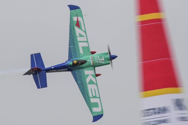 画像: カザンのコースを飛ぶ室屋選手と愛機エッジ540 V3。