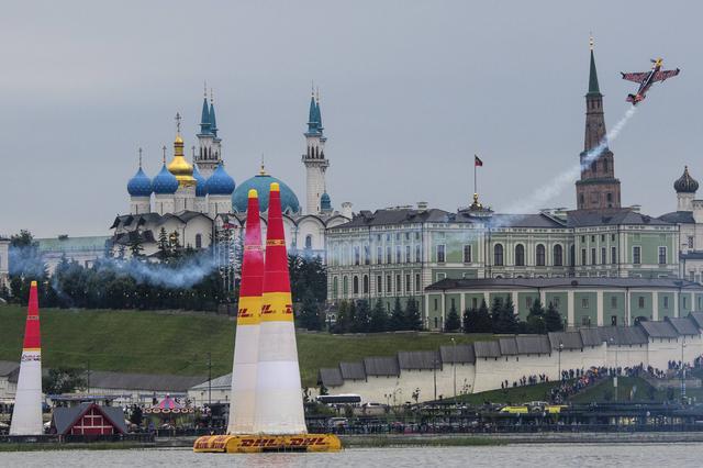 画像: ロシアの「スポーツの首都」として知られるカザンのコースを飛ぶ、チャンブリス選手。