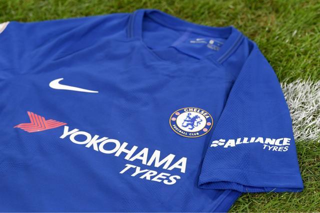 画像: チェルシーFCユニフォームの袖には、横浜ゴムが展開するブランド「アライアンスタイヤ」のロゴが入る。