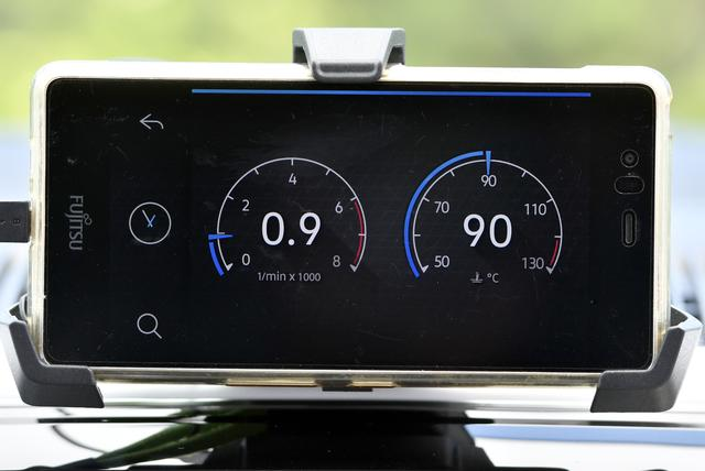 画像: タコメーターや水温計の表示、エコドライブのアドバイス機能「Think Blue Trainer」もできる。