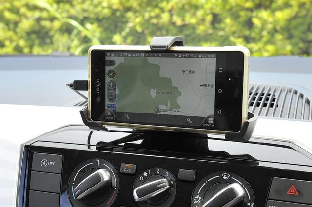 画像: スマホとの連携を強化したコンポジションフォン。専用アプリでナビのルート案内も可能。