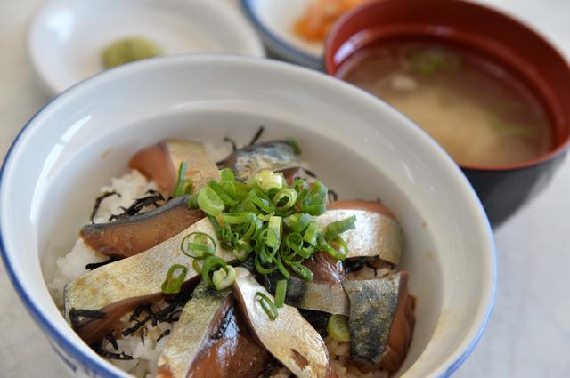 画像: 石巻で水揚げされたブランド食材を使った「金華さば漬け丼」(880円)。