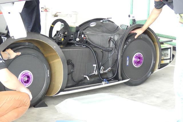 画像: ソーラーカー用タイヤ「ECOPIA with ologic」は90/80R16サイズ。空気圧は500kPa。ちなみにソーラーカー用タイヤはブリヂストンのほかにミシュラン、ダンロップ、シュワルベが提供しているそうだ。