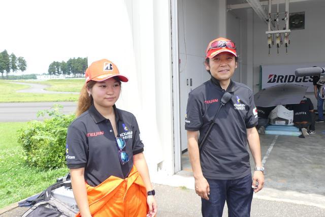 画像: 工学院大学ソーラーチームの濱根洋人准教授(右)と、石川はるかさん(3年)。石川さんはチーム史上初の女性ドライバー。「勝つ」ことが今回の目標。