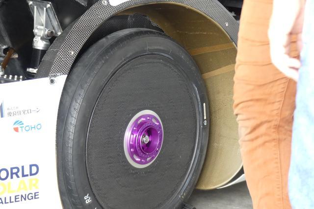 画像: 乗用車用タイヤの接地面積はハガキ1枚分…と言われているが、ソーラーカー用タイヤの場合は名刺半分の大きさという。
