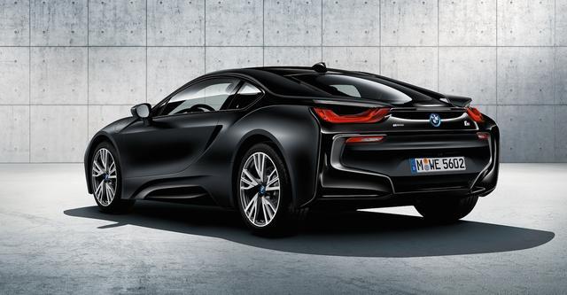 画像: 「BMW i8 Protonic Frozen Black ANREALAGEコラボレーション 特別仕様車」は、専用カラー、マットブラック仕上げホイールのほか純絵師カーボン・インテリアトリム・セットと専用色のスフェリック・レザー・クロス・アクセントシートを装備する。BMWiコネクテッド・ドライブ・プレミアムやCharge Nowなどの先進的なサービスにも対応した。(価格:23,780,000円)