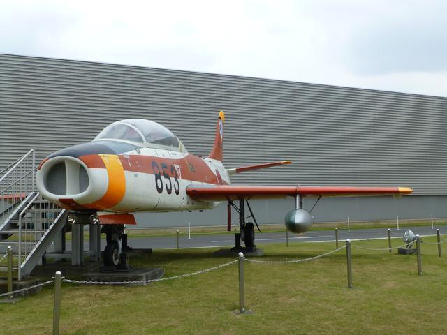 画像: 富士重工(当時)が航空自衛隊の練習機として製作した「T-1」。センターの外だけど、展示されている。