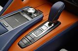 画像: 上質なATセレクターの左に、ディスプレイを指先で操作できるリモートタッチのタッチパッドなどが備わる。